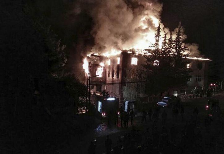 La televisión turca difundió fuertes imágenes del incendio de una escuela de educación media para niñas en el sur del país. (AP)