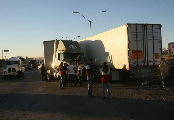 Si los conductores manejaran con precaución, se reducirían drásticamente los choques en el país, señala el Cesvi. (Notimex)