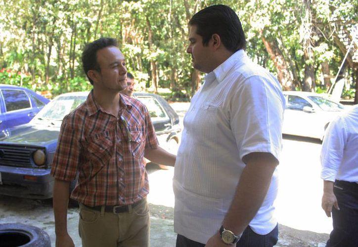 El secretario general del Ayuntamiento, Jorge Aguilar Cheluja, dio posesión al biólogo Roger Braga González. (Harold Alcocer/SIPSE)