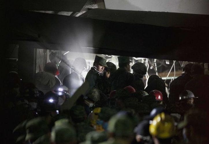 El rescate de las víctimas se prolongó toda la noche. (Agencias)