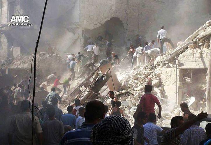 Sirios inspeccionan los escombros de los edificios dañados debido a intensos bombardeos por las fuerzas del gobierno sirio en Aleppo. (Agencias)