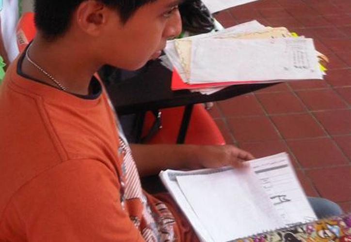 Este mes se entregarán las becas a estudiantes con alta marginación, que están pendientes. (Benjamín Pat/SIPSE)