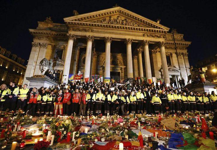 Trabajadores de los servicios de emergencia guardan un minuto de silencio en la Plaza de la Bolsa en Bruselas, Bélgica. (EFE)