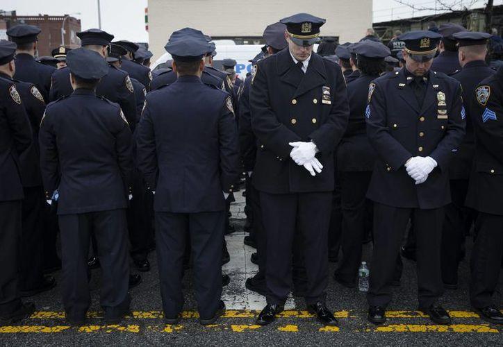 Los policías neoyorquinos desafiaron el domingo al alcalde Bill de Blasio durante el funeral de su compañero Wenjian Liu. (AP)