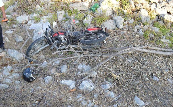 La moto quedó tirada en el fondo del 'barranco'. (Carlos Navarrete/SIPSE)