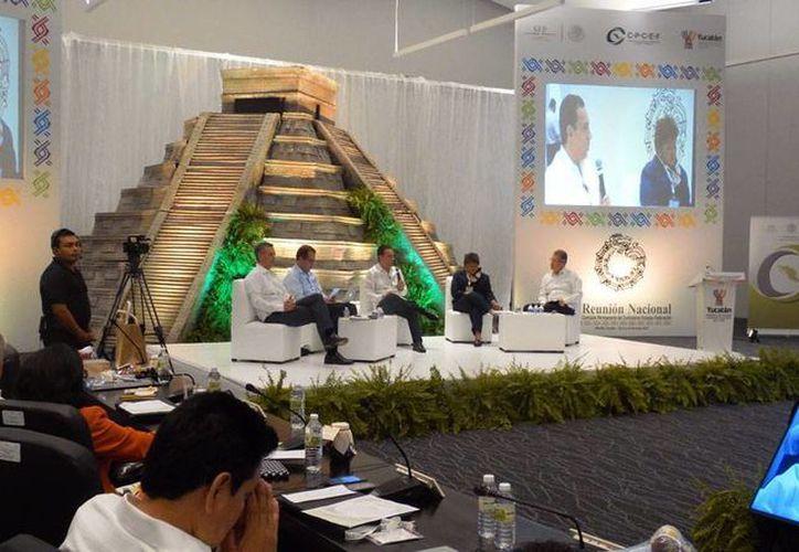 El Gobierno de Yucatán anunció que creará la comisión estatal anticorrupción, para lo cual ya trabaja en la iniciativa de ley en la materia. La imagen es de la Reunión Nacional de Contralores, que se celebró en Mérida, y está utilizada sólo como contexto. (Milenio Novedades/Archivo)
