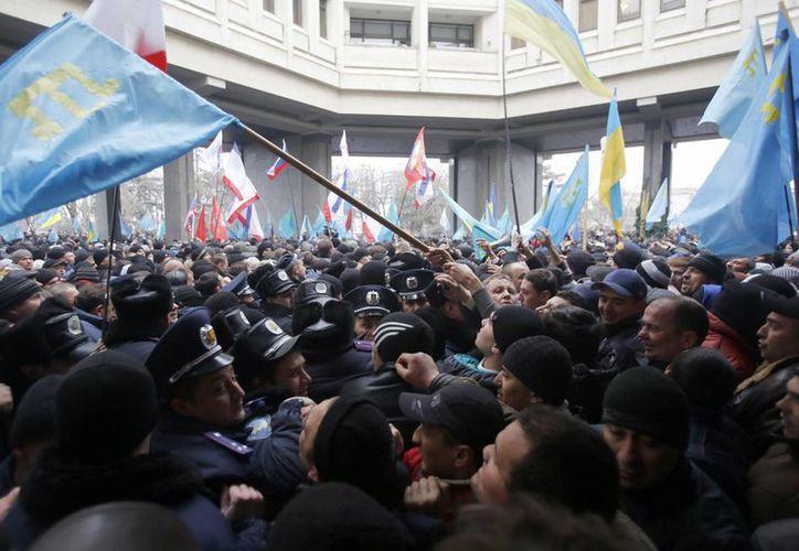 Activistas prorrusos se concentran a las puertas del Parlamento de la región autónoma de Crimea en Simferópol (EFE)