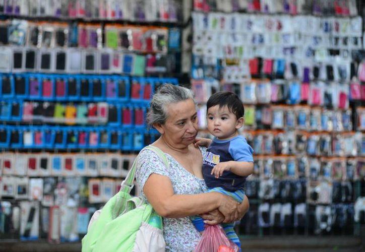 Madres de familia, solteras, divorciadas, viudas, abandonadas o que simplemente contribuyen a la economía familiar representan la mayoría de los vendedores ambulantes en Mérida. (Luis Pérez/SIPSE)