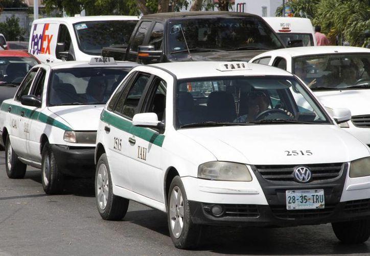 Los taxistas debieron, de manera voluntaria, retirar el polarizado de las unidades. (Tomás Álvarez/SIPSE)
