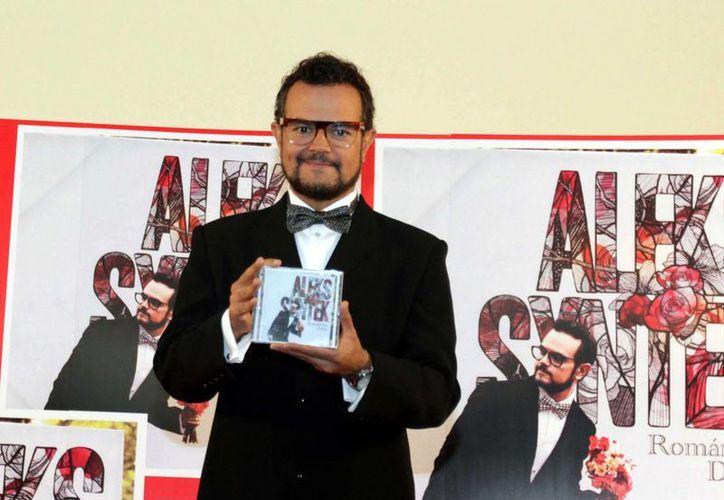 Alex Syntek en la presentación de su nuevo disco 'Romántico desliz'. (Notimex)