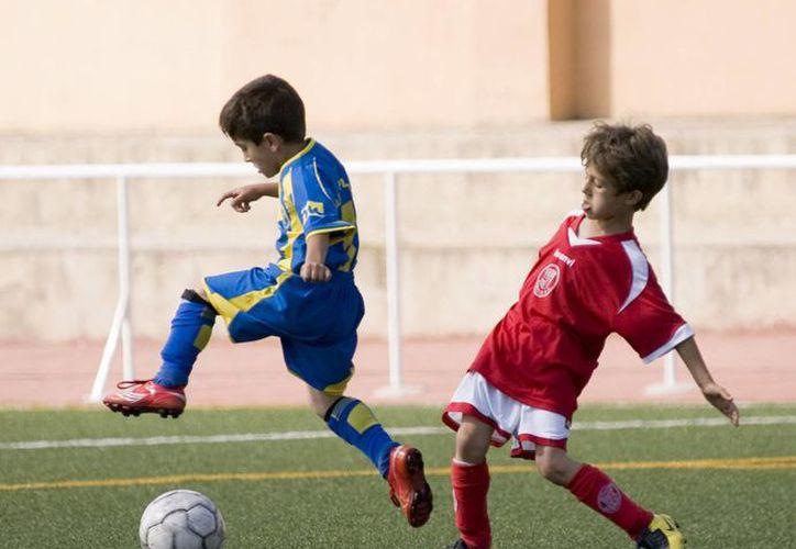 Más de cinco mil personas, principalmente niños, disfrutarán de la nueva cancha de fútbol. (Contexto/Internet)