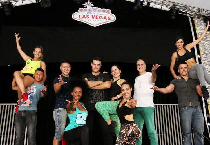 Imagen de los integrantes del espectáculo de Las Vegas Magic Show, una nueva alternativa de entretenimiento en Xmatkuil. (José Acosta/SIPSE)