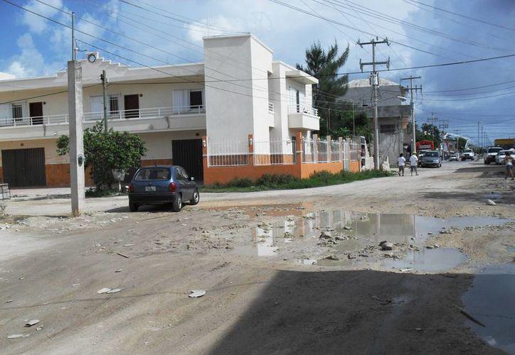 Tres cuadrillas de ocho personas se encargarán de rellenar los baches de las calles de Playa del Carmen. (Adrián Barreto/SIPSE)