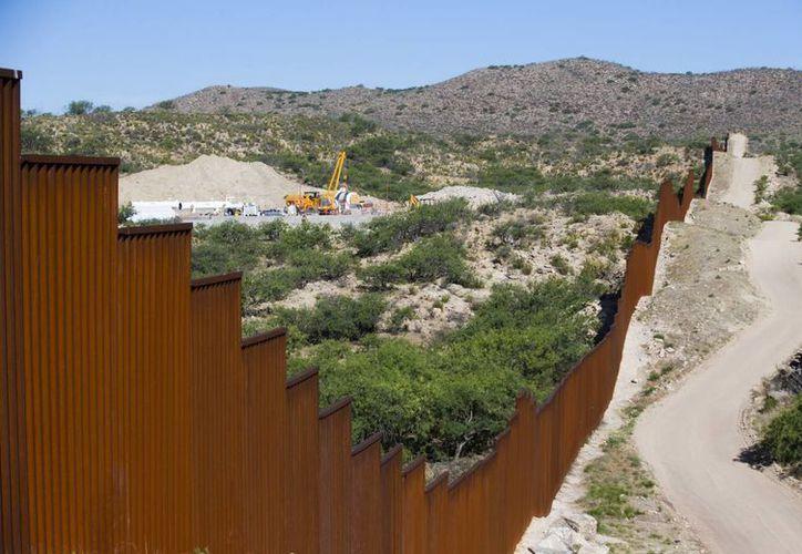 Desde el inicio de su campaña, Donald Trump ha afirmado que el gobierno de México pagará íntegramente el costo del muro fronterizo. (Michael Chow/The Arizona Republic vía AP)