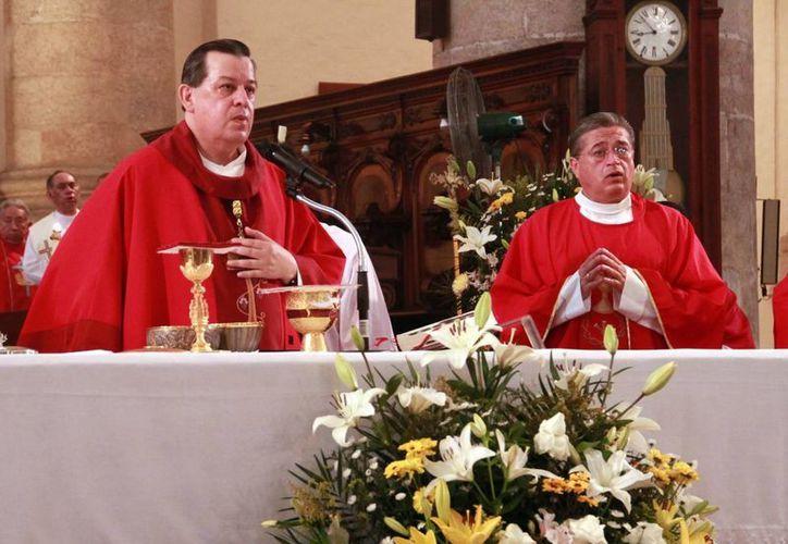 El Mons. Gustavo Rodríguez Vega concelebró la ceremonia con el padre Óscar Cetina Vega en la Catedral del Mérida. (Milenio Novedades)