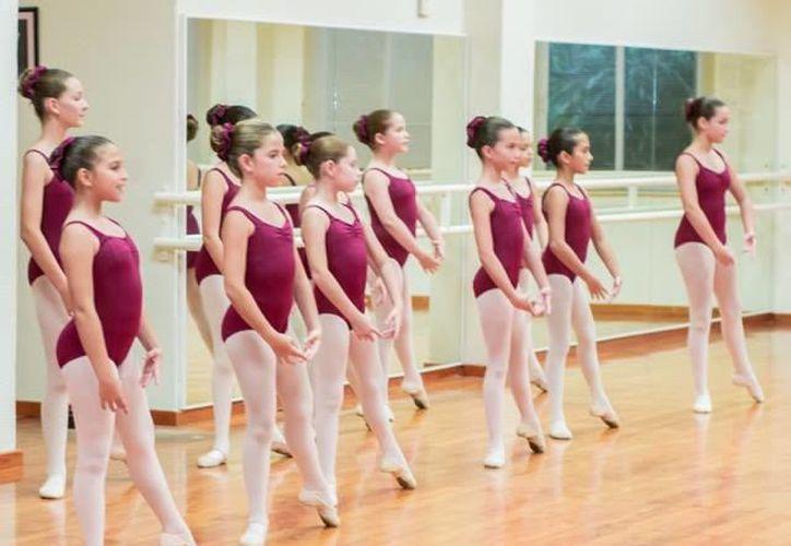 La maestra dijo que maneja un programa pre-profesional de ballet para niñas a partir de 4 años en adelante. (Faride Cetina/SIPSE)