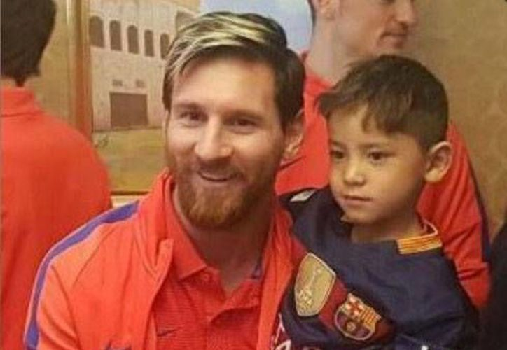Murtaza se hizo viral en internet tras aparecer en un foto con la playera de Messi hecha de bolsa.(Foto tomada de Facebook/Lionel Messi)