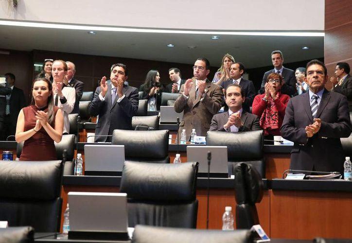 Los senadores discutirán hoy domingo la propuesta de Reforma Energética en la que proponen abrir Pemex a la inversión privada. Imagen de contexto de los senadores, durante el minuto de aplausos que le dedicaron como homenaje a Nelson Mandela. (Archivo/NTX)