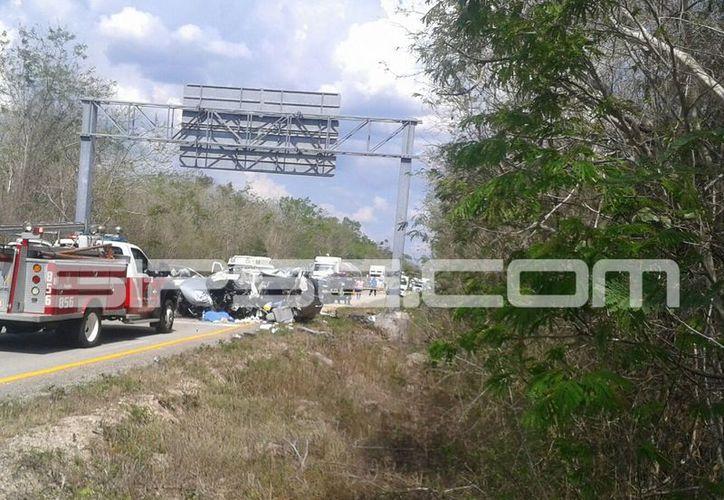 Una camioneta en la que viajaban cinco personas se estrelló contra la base de un letrero, en la autopista Mérida-Cancún: tres personas murieron. (Luigi Domínguez/SIPSE)