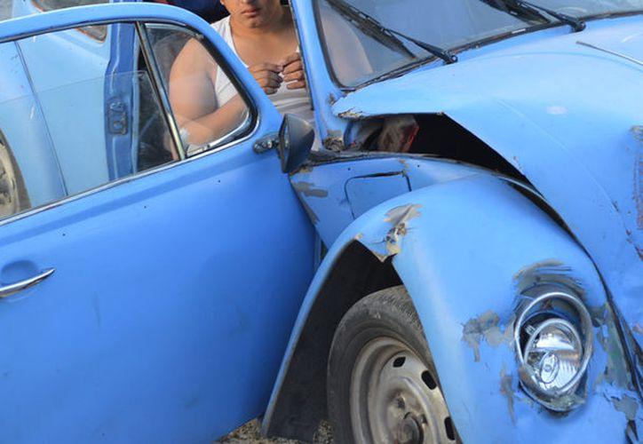 """Un joven, conductor de un viejo """"volchito"""", chocó contra  una """"combi"""" de transporte urbano. Una pasajera resultó lesionada. (Carlos Navarrete/SIPSE)"""