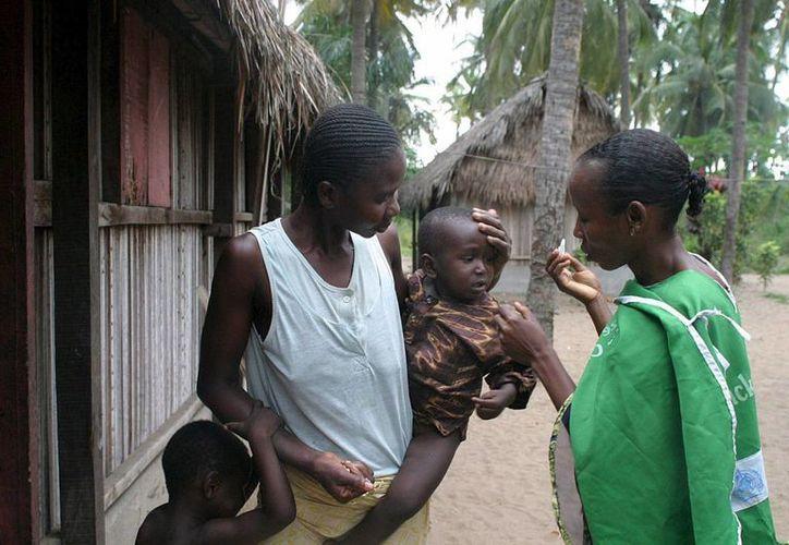 Un niño nigeriano es vacunado contra el polio en Lagos, Nigeria. (EFE/Archivo)