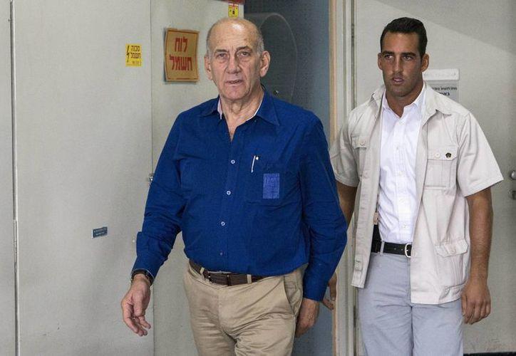 Ehud Olmert (izq) a su llegada al Tribunal del Distrito de Tel Aviv, Israel. (EFE)