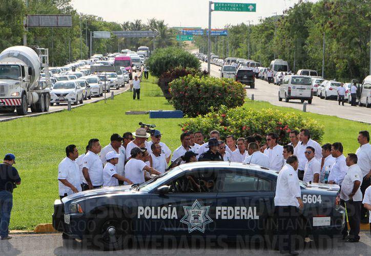 """Alrededor de 500 """"martillos"""" de Cancún y Playa del Carmen protestaron ayer en la glorieta de Fonatur, en la zona hotelera. (Israel Leal/SIPSE)"""