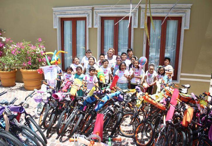 Entregan bicicletas a niños de la asociación Huellas de Pan. (Tomás Álvarez/SIPSE)