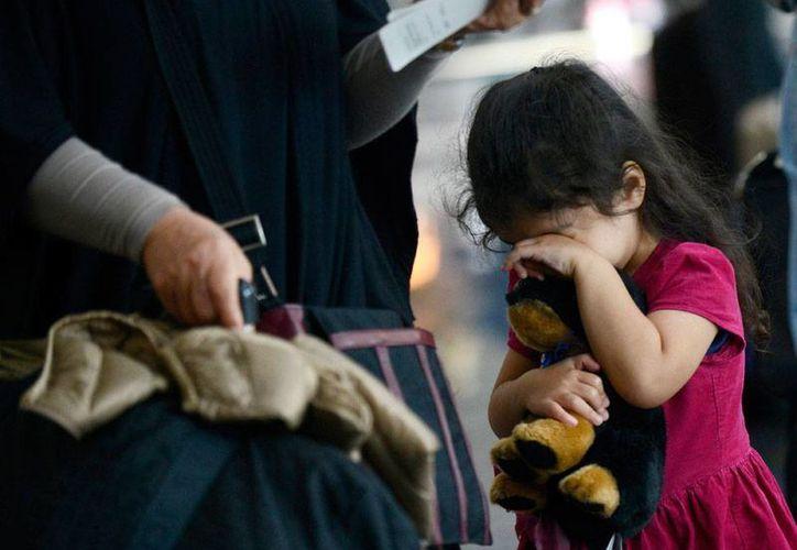 Una niña espera en el aeropuerto de Chicago la reanudación de las operaciones, luego de que se decretara la emergencia por un incendio, que obligó a cancelar decenas de vuelos. La imagen es de contexto. (AP)