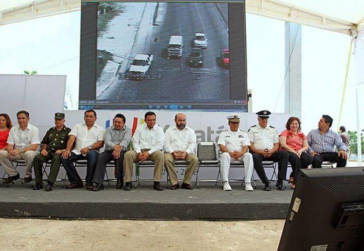 En la carretera Mérida-Progreso, el Gobernador del Estado puso ayer en funcionamiento el primer arco carretero de videovigilancia del Sistema Integral de Monitoreo y Análisis Inteligente. (Cortesía)