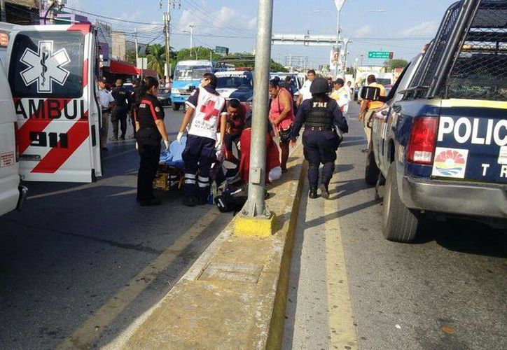 Al lugar arribó la ambulancia de la Cruz Roja, con dos elementos abordo para atender al bebé. (Redacción/SIPSE)