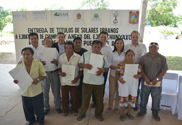Los habitantes de Chumpón, reciben el documento que avala que son legítimos poseedores de sus predios. (Jesús Caamal/SIPSE)