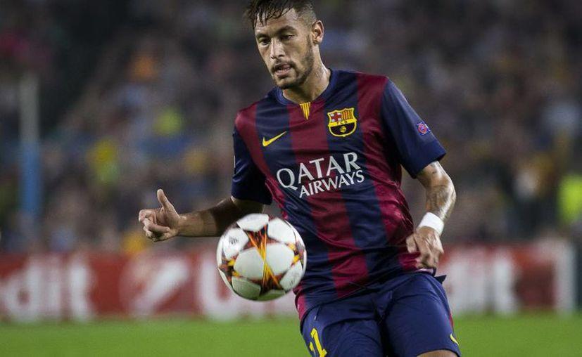 Neymar fue traspasado del Santos de Brasil al Barcelona, donde poco a poco ha mejorado su juego. (Foto de archivo de Notimex)