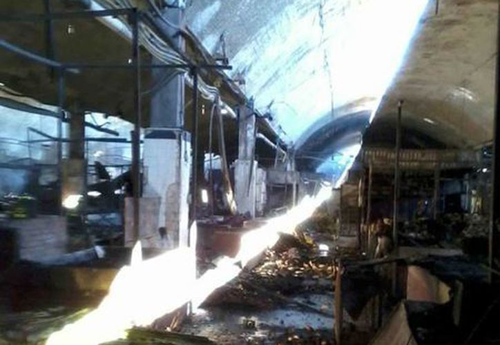 El incendio consumió unos 8 mil metros cuadrados del mercado. (Notimex)
