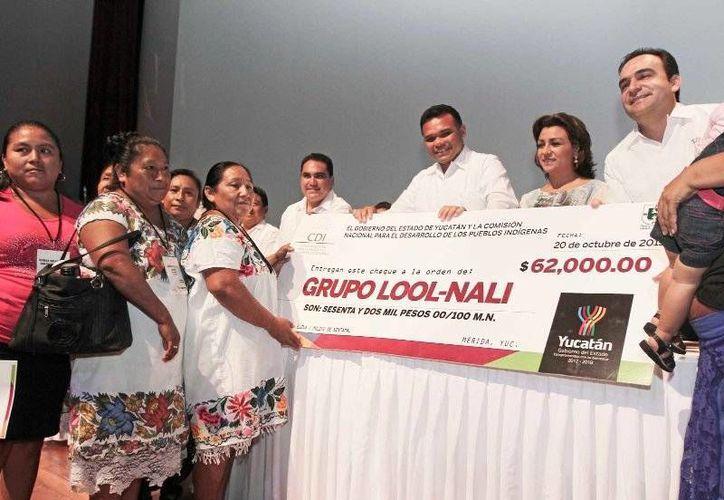 Ayer, el gobernador Rolando Zapata Bello entregó los primeros cheques del Popmi, que beneficiarán a más de 800 mujeres indígenas de 54 municipios. (Cortesía)