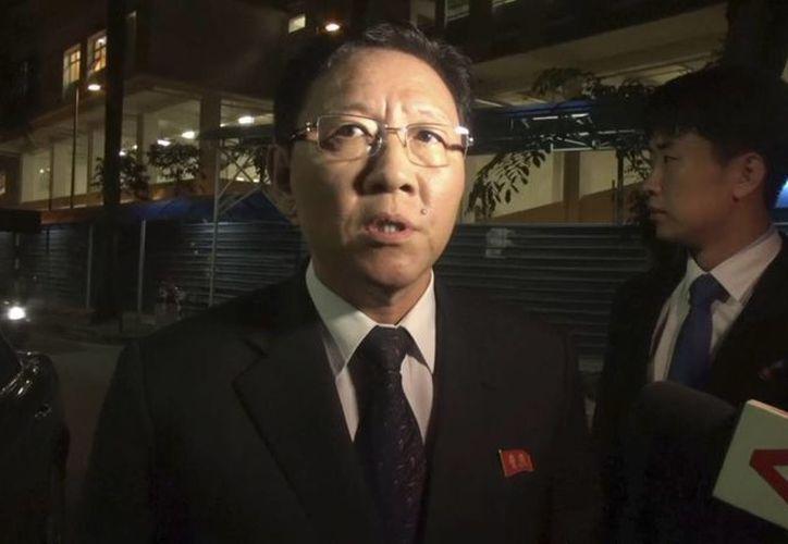 El embajador norcoreano ante Malasia, Kang Chol al hablar con los medios de comunicación afuera de la morgue en Kuala Lumpur. (AP)