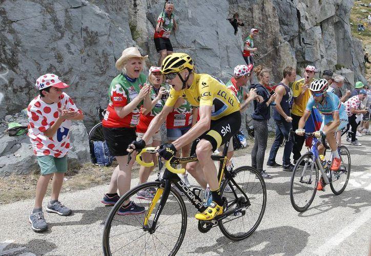 Se acortan las distancias en el Tour de Francia, en la imagen se observa a Chris Froome con el Maillot amarillo, seguido de Vincenzo Nibali. (AP)