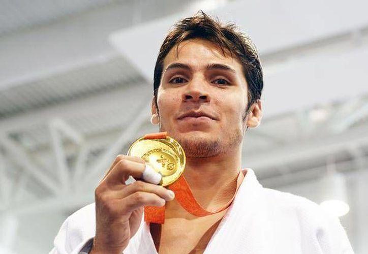 Eduardo Ávila ganó la medalla de oro en judo, en la imagen posa con su galardón. (@CONADE)