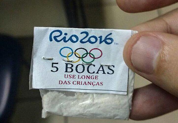 Una de las bolsitas con cocaína y crack incautada por la Policía en una casa en el barrio de Lapa, una popular zona de ocio en el centro en Río de Janeiro, Brasil. (EFE/Ascom Policía Civil)