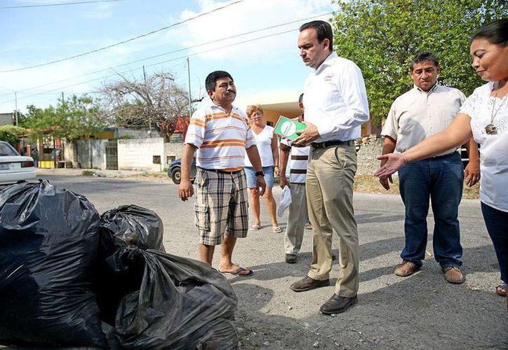 Nerio Torres Arcila, candidato del PRI a la alcaldía de Mérida, se encontró con basura acumulada en calles de la colonia Azcorra. (Milenio Novedades)