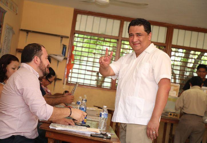 Eduardo Martínez Arcila, presidente de la de la Gran Comisión del Congreso del Estado, emitió su voto en Cancún. (Cortesía)