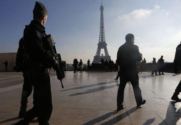 Aseguran que México no puede regatear su apoyo a la guerra contra el terrorismo. Policías franceses patrullan cerca de la Torre Eiffel, en París, ciudad donde se aumento la seguridad tras los atentados del Estado Islámico. (Agencias)