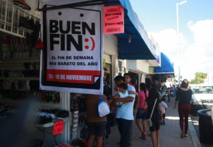 Consumidores aprovecharon para hacer sus compras navideñas. (Loana Segovia/SIPSE)