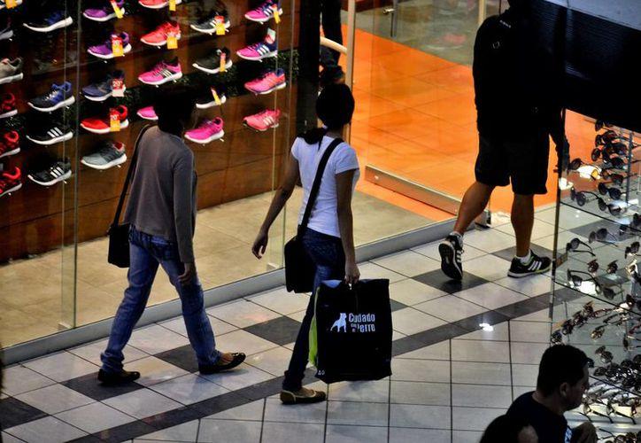El año pasado en los primeros 15 días de diciembre hubo ventas muy superiores a las estimadas por el sector, se espera que este año sea igual o mejor. Imagen de contexto de unas personas caminando en una plaza comercial. (Milenio Novedes)