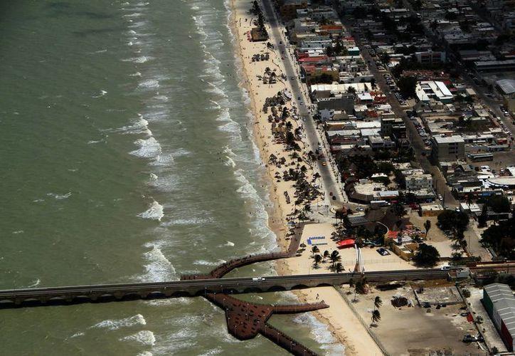 Los empresarios manifiestan que la derrama económica disminuye por ausencia de temporadistas en la costa yucateca. (José Acosta/SIPSE)