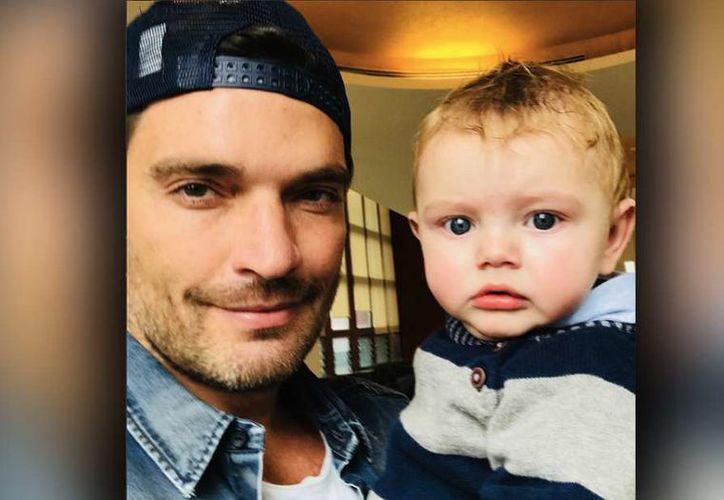 El actor escribió el mensaje en Instagram confirmando la noticia junto a una foto con su bebé recién nacido. (Foto: La Opinión)