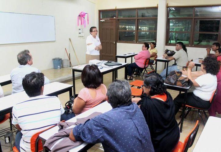 Socorro Angulo de Vázquez platicó con los padres de familia. (Cortesía/SIPSE)