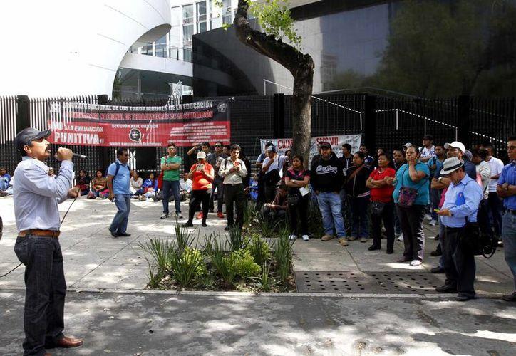 Por el receso escolar, muchos profesores no cumplieron con su cuota de 20 pesos para la sección. Imagen un grupo de maestros de la CNTE durante una protesta en la Ciudad de México. (Notimex)