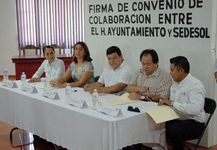 La delegada de Sedesol, Marybel Villegas Canché y el alcalde Luis Torres Llanes, firman convenio en beneficio de la población. (Foto: Redacción / SIPSE)