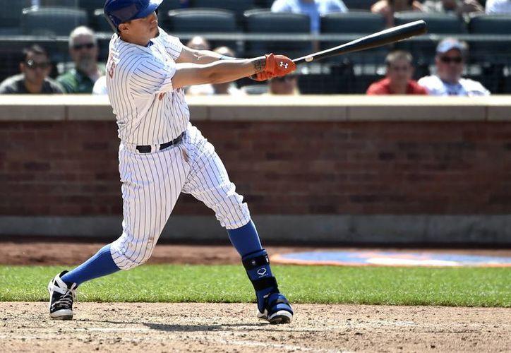 Wilmer Flores al momento de batear el jonrón de tres carreras que fue decisivo en la victoria de Mets por 6-3 sobre Filis. (Foto: AP)